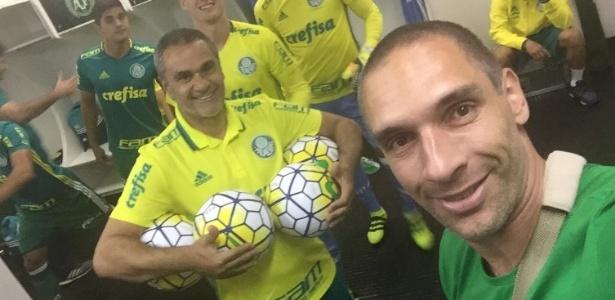 Um dia após ser operado, Fernando Prass acompanhou o Palmeiras no jogo em Chapecó