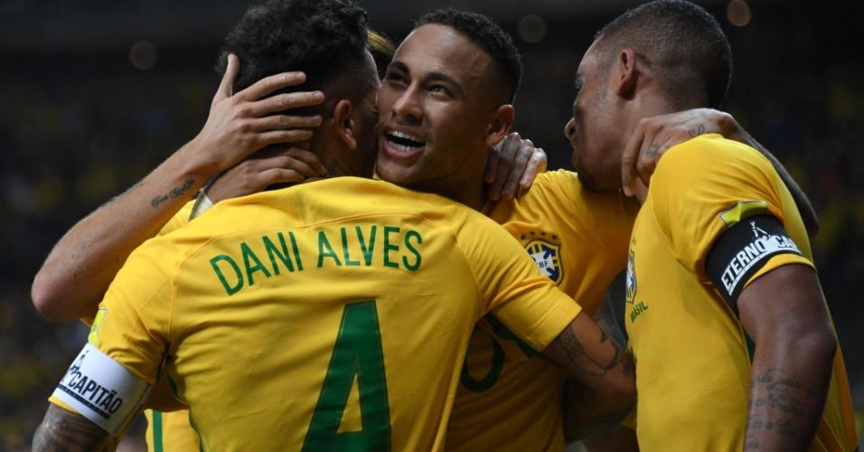Neymar comemora com Dani Alves o segundo gol do Brasil