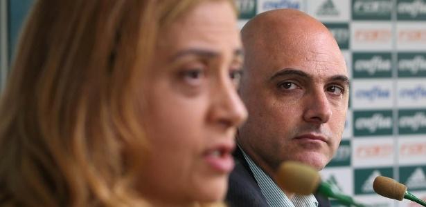 Mauricio Galiotte, presidente do palmeiras, observa a presidente da Crefisa, Leila Pereira