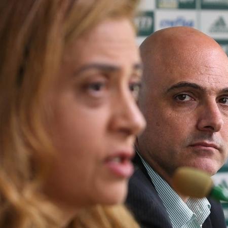 O presidente do Palmeiras, Mauricio Galiotte, observa a presidente da Crefisa, Leila Pereira - Cesar Greco/Fotoarena