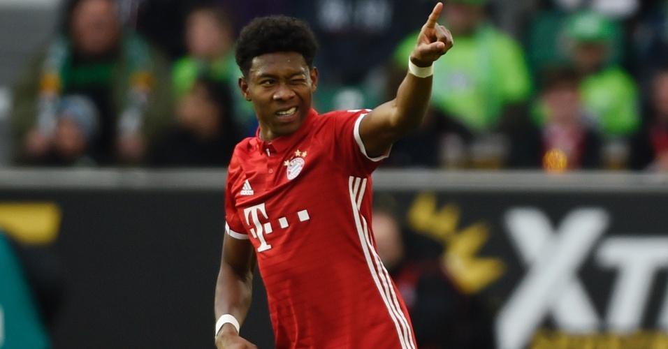 David Alaba celebra com a torcida o seu gol pelo Bayern de Munique