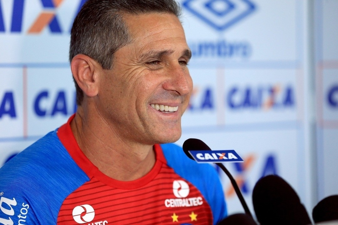 Jorginho é apresentado como técnico do Bahia