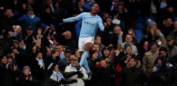 Sterling comemora golaço no último lance da partida que garantiu vitória do City - Lee Smith/Reuters