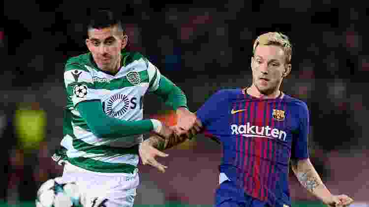 Rakitic disputa bola com Battaglia no jogo entre Barcelona e Sporting - Josep Lago/AFP - Josep Lago/AFP