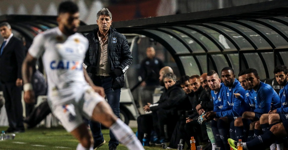 Renato Gaúcho, técnico do Grêmio, observa Gabriel, atacante do Santos