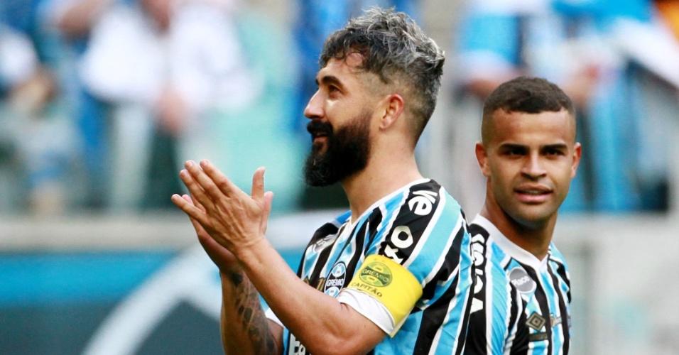 Douglas comemora gol do Grêmio contra o Paraná