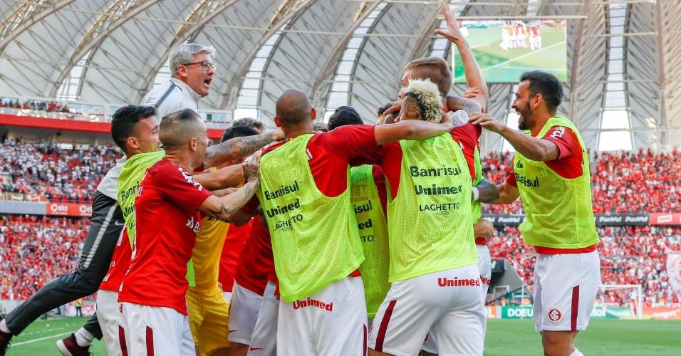 Técnico Odair Hellmann comemora gol do Internacional com jogadores no Beira-Rio
