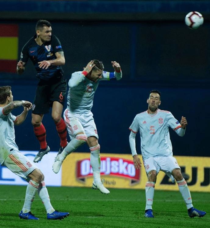 Dejan Lovren, da Croácia, disputa bola com Sergio Ramos, da Espanha