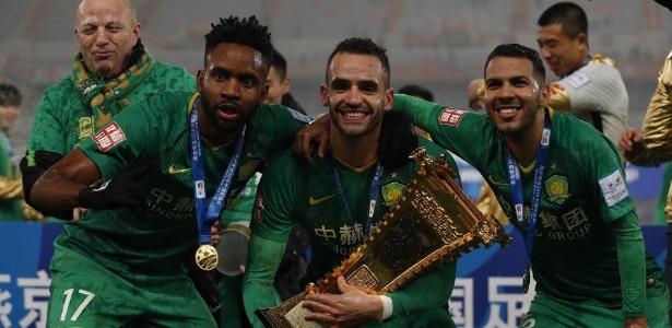 Renato Augusto (centro) posa com o troféu da Copa da China - Divulgação/Site sina