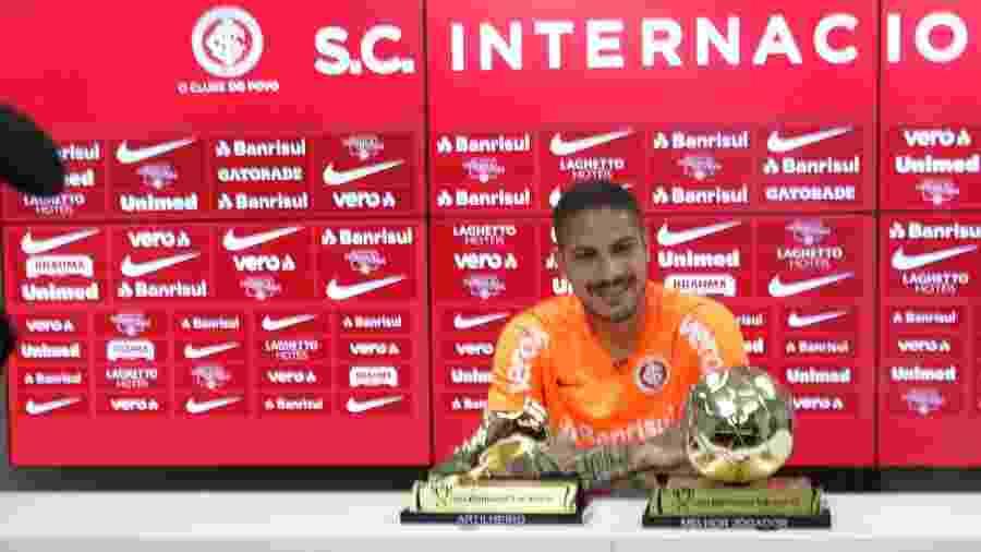 Paolo Guerrero recebe prêmios da Copa do Brasil no CT do Inter - Marinho Saldanha/UOL