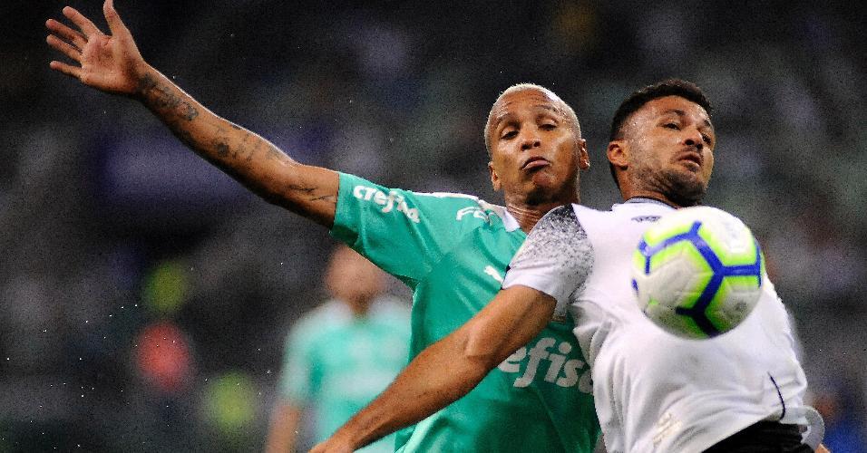 Deyverson, do Palmeiras, disputa a bola com jogador do Ceará