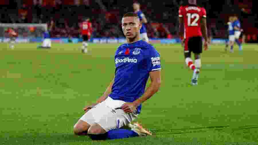 Richarlison comemora ao marcar para o Everton contra o Southampton - David Klein/Reuters