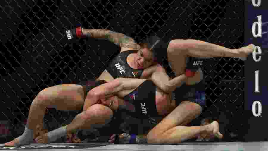 Amanda Nunes leva Germaine de Ranamie para o solo em luta no UFC 245 - Steve Marcus/Getty Images/AFP