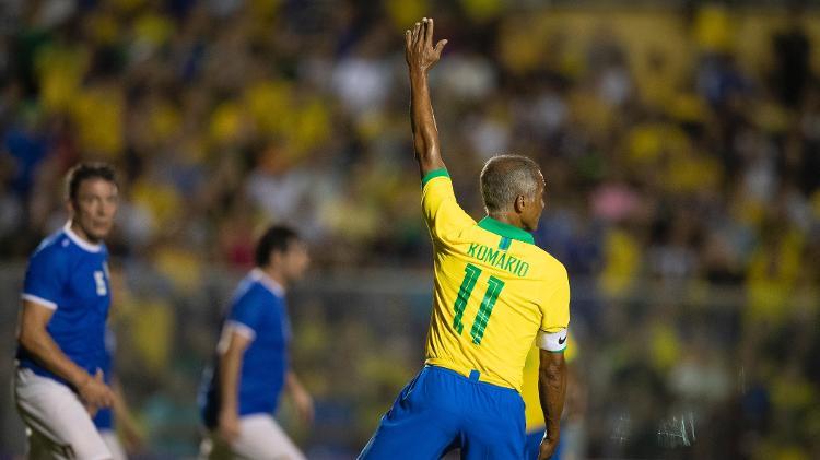 Romário herdou a faixa de capitão de Dunga, a principal ausência na festa de celebração do tetracampeonato - Lucas Figueiredo/CBF