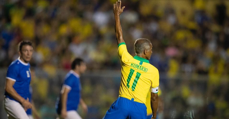 Romário herdou a faixa de capitão de Dunga no jogo comemorativo do tetra