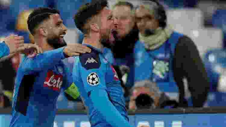 Mertens comemora com Insigne depois de anotar o gol do Napoli contra o Barcelona - Ciro de Luca/Reuters