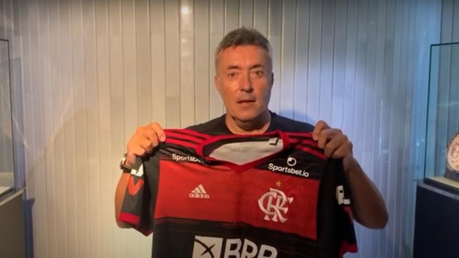 Domènec Torrent com a camisa do Flamengo; treinador será apresentado na segunda-feira - Reprodução Fla TV