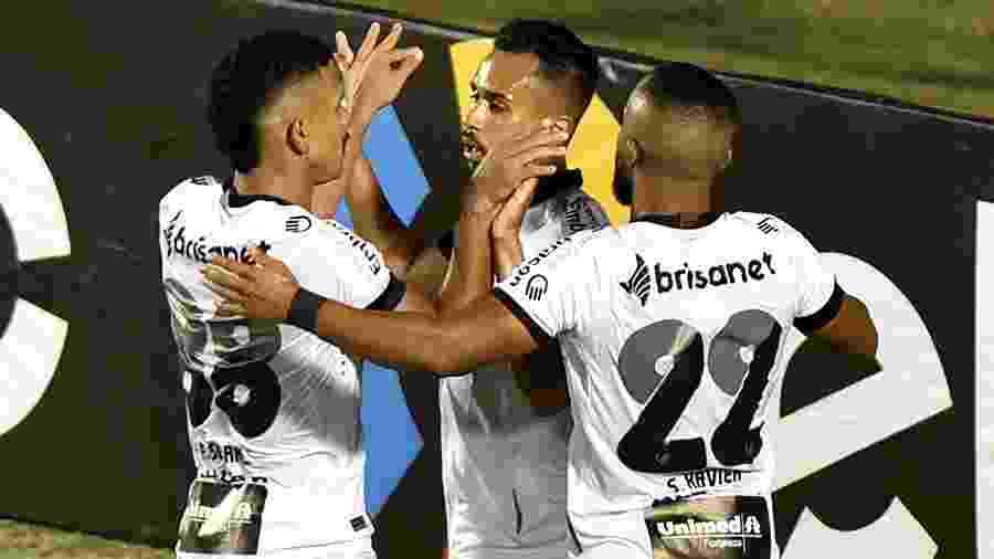 Lima, do Ceará, comemora seu gol com jogadores do time durante partida contra o Vitoria no Barradão pela Copa do Brasil  - Walmir Cirne/Agif/Estadão Conteúdo