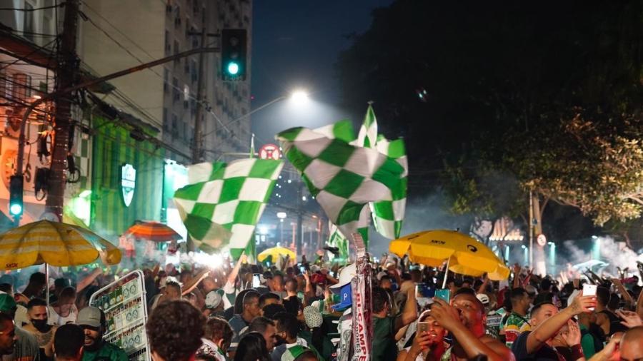 Torcedores do Palmeiras comemoram título da Libertadores no entorno do Allianz Parque - André Porto/UOL
