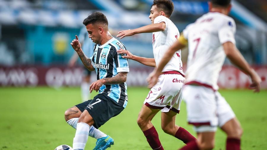 Matheus Henrique domina a bola em jogo do Grêmio contra o Lanus  - LUCAS UEBEL/GREMIO FBPA