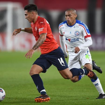 Nino Paraíba disputa lance pelo Bahia contra o Independiente na Sul-Americana - Marcelo Endelli/Getty Images