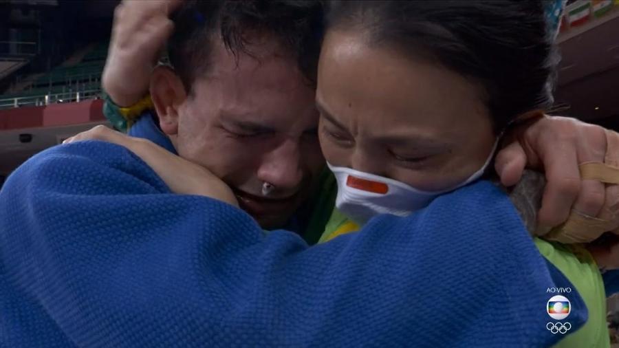Técnica Yoko Fuji abraça judoca Daniel Cargnin após conquista do bronze - Reprodução/TV Globo