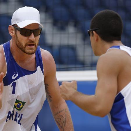Alison e Álvaro durante partida contra Lucena e Dalhauser no vôlei de praia - REUTERS/John Sibley