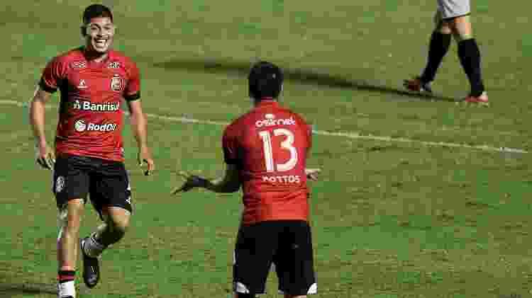 Erison e Netto, do Brasil de Pelotas, comemoram gol sobre o Vasco, em São Januário, pela Série B do Campeonato Brasileiro - Thiago Ribeiro/AGIF - Thiago Ribeiro/AGIF