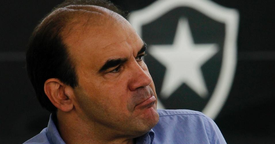 Técnico do Botafogo, Ricardo Gomes observa treinamento dos jogadores no Engenhão