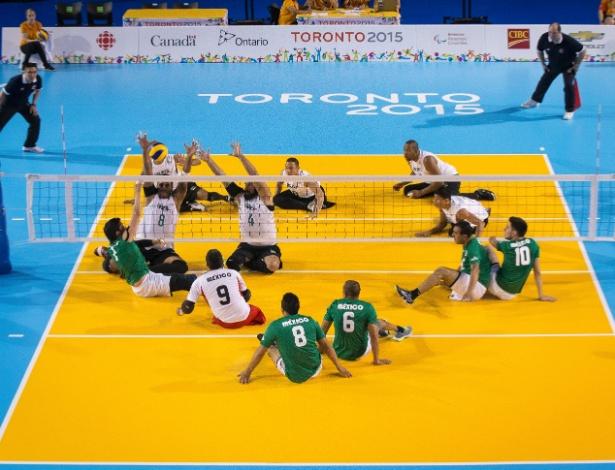 Seleção brasileira de vôlei sentado em ação na vitória sobre o México na estreia no Parapan de Toronto