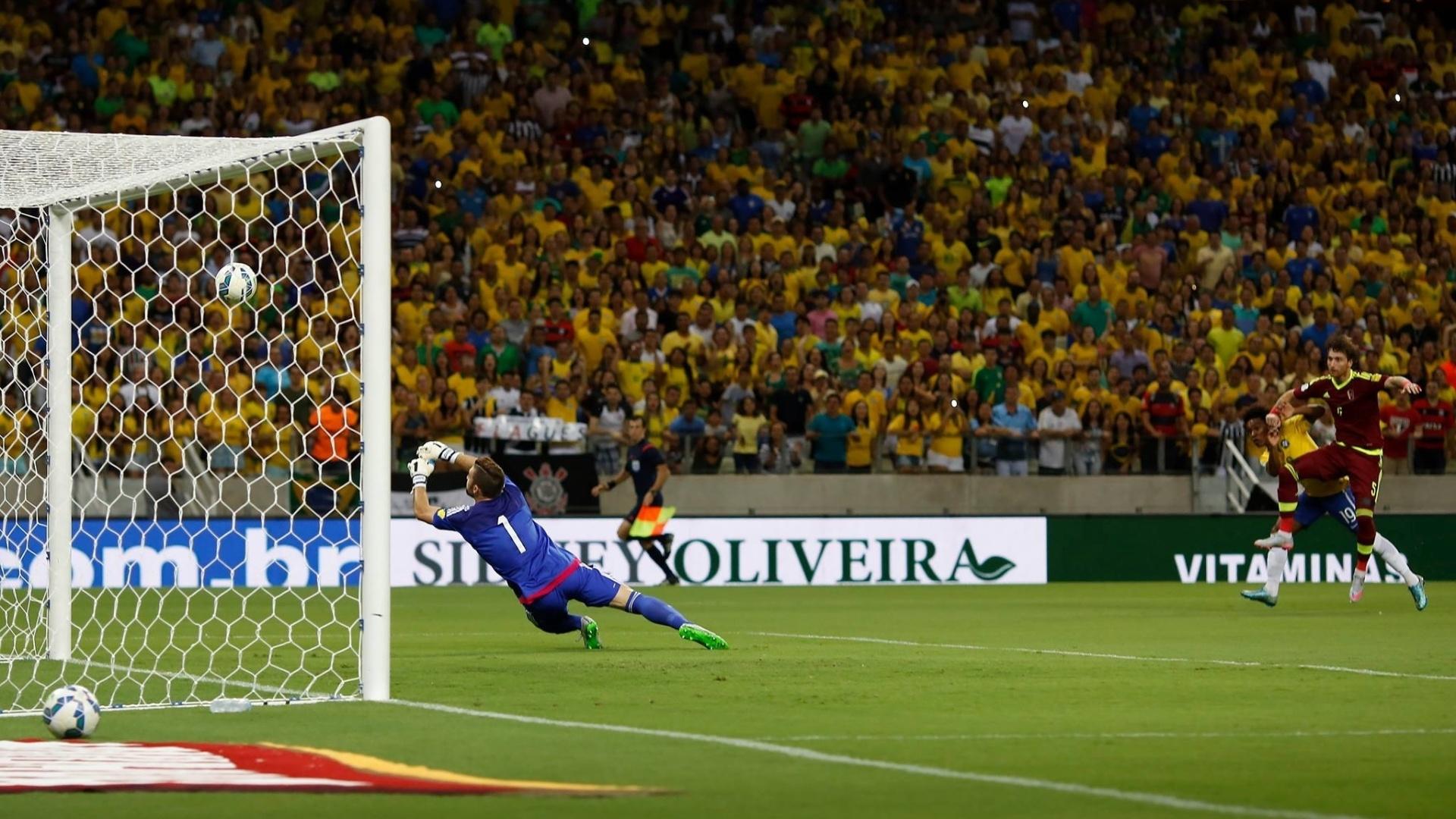 Goleiro venezuelano Baroja espalma chute de Willian para dentro e Brasil faz 1 a 0 contra a Venezuela nas Eliminatórias da Copa