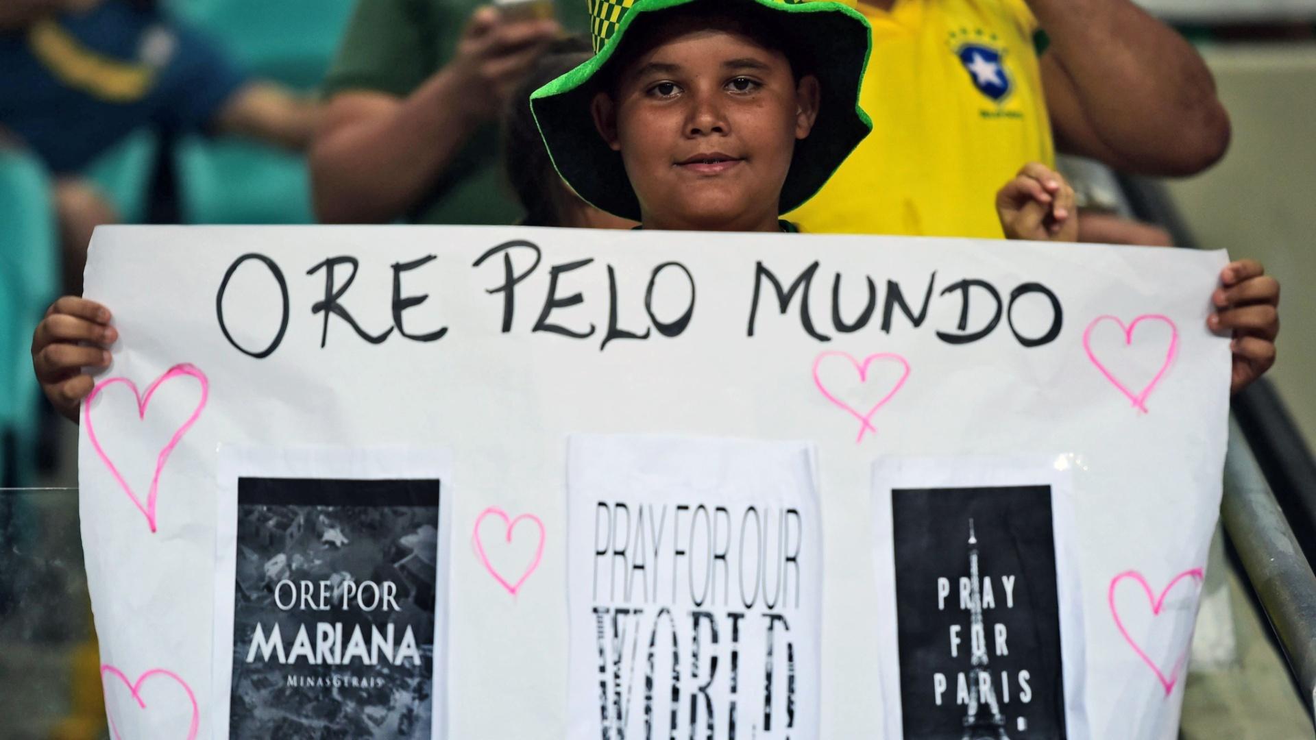 Torcedor leva cartaz para a Arena Fonte Nova com pedido de oração por Mariana (MG) e Paris