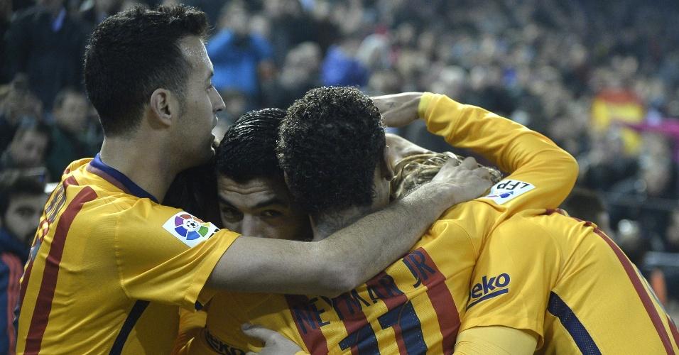 Luis Suárez recebe abraço dos companheiros após anotar gol do Barcelona contra o Valencia