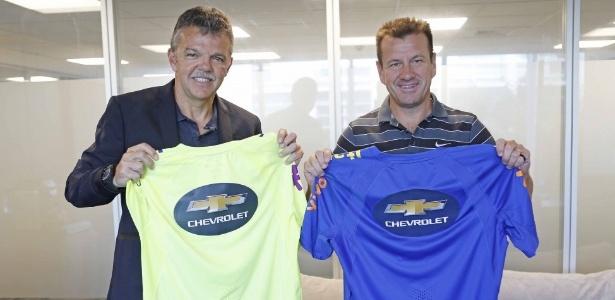 Coordenador Gilmar Rinaldi e técnico Dunga mostram nova camisa de treino - Rafael Ribeiro/CBF