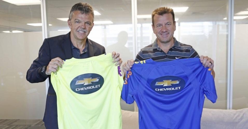 Gilmar Rinaldi e Dunga mostram marca da Chevrolet na camisa de treino da seleção