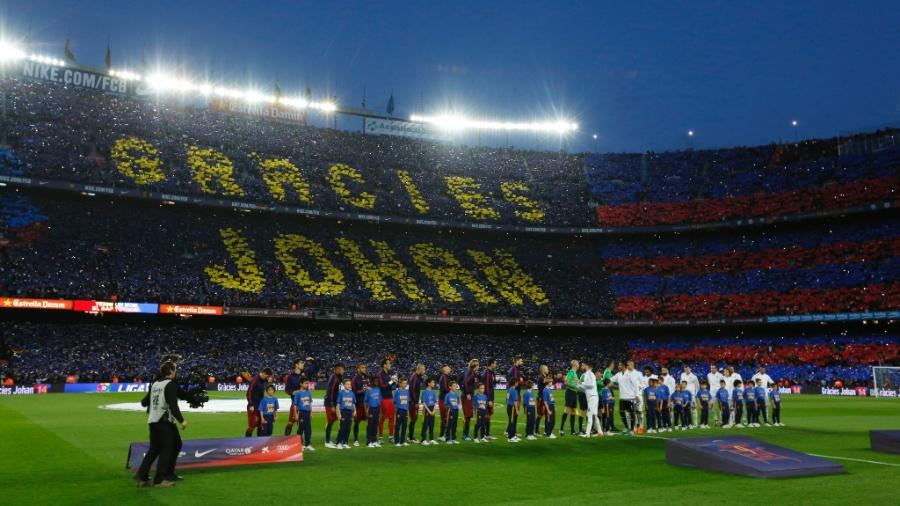 Homenagem da torcida do Barcelona ao ídolo Johan Cruyff - Reuters / Albert Gea