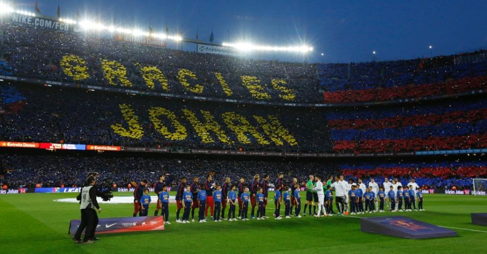 Detalhe da homenagem da torcida do Barcelona, que fez um mosaico para Johan Cruyff, ídolo do clube que morreu na semana passada