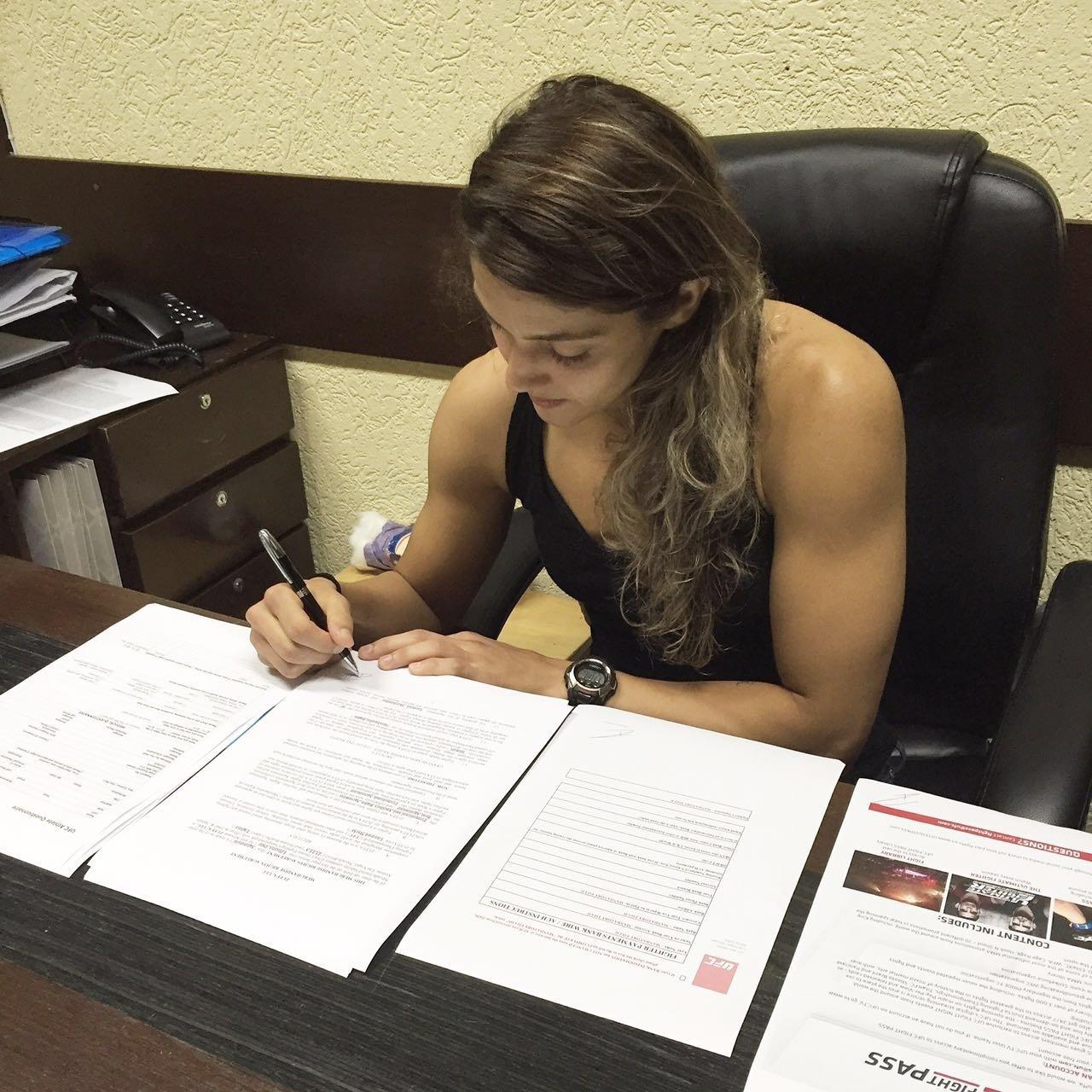 Poliana Botelho assinou contrato com o UFC