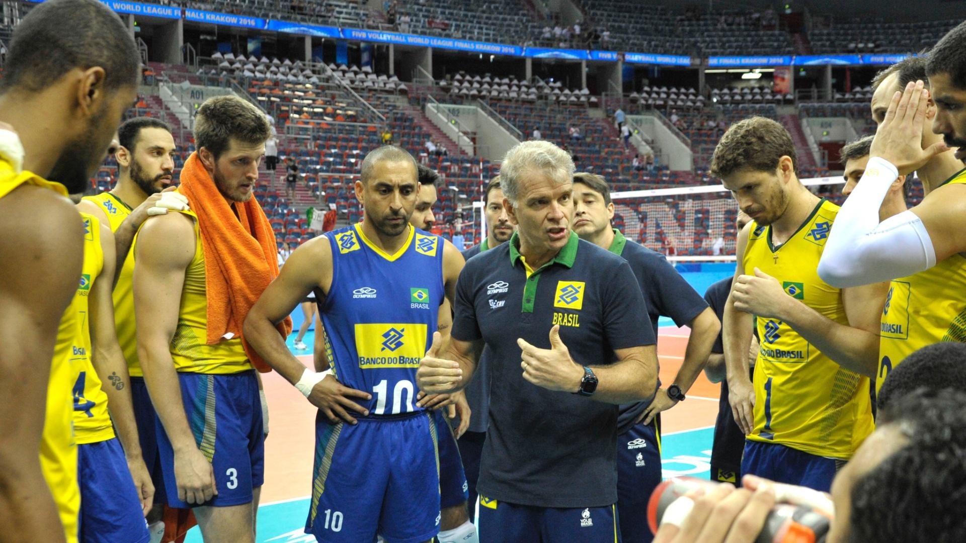 Bernardinho conversa com atletas da seleção brasileira de vôlei na partida contra a Itália pela Liga Mundial