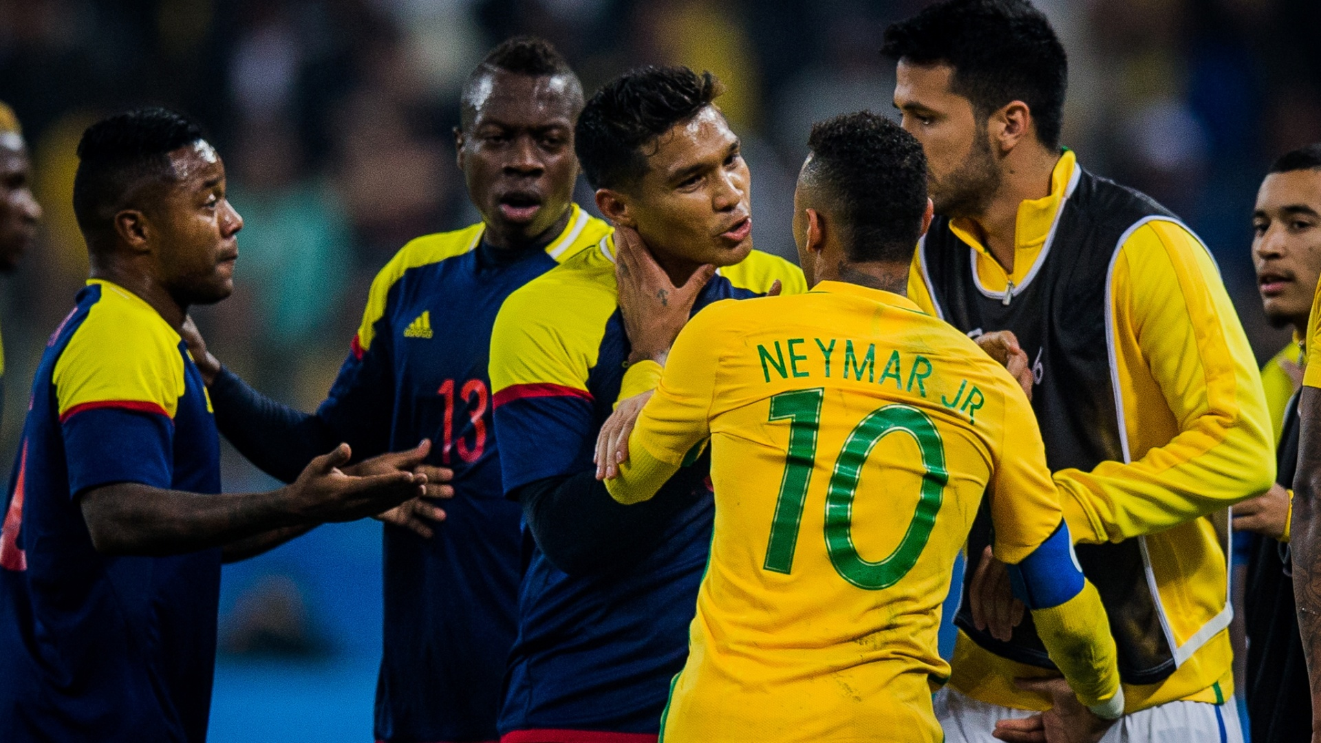 Após cometer falta, Neymar discute com Teo Gutiérrez