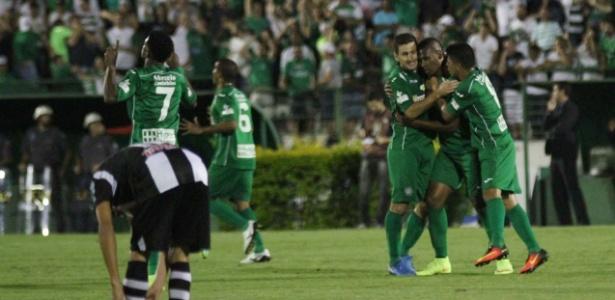 Jogadores do Guarani comemoram gol contra o ASA, no Brinco de Ouro, em Campinas