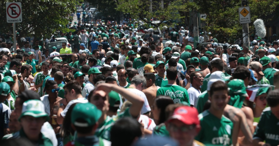 Torcida do Palmeiras lota os arredores do Allianz Parque antes da partida contra o Botafogo