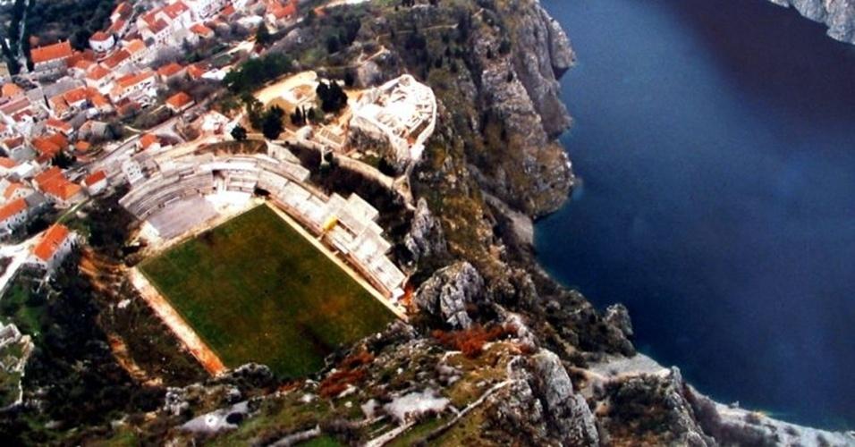 O Gospin Dolac é a casa do Imotski, da Croácia, e tem capacidade para 2700 pessoas sentadas
