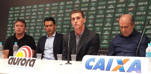 Vagner Mancini (centro) é apresentado ao lado do diretor Rui Costa