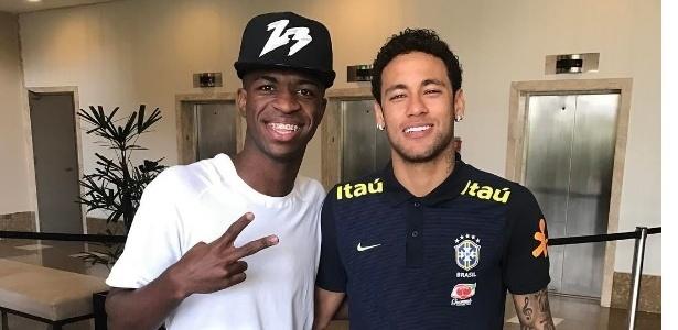 Vinicius Junior e Neymar posam juntos em São Paulo; foto foi tirada em março