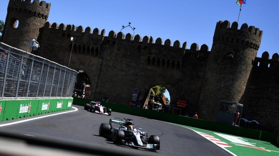 Lewis Hamilton participa de treino em Baku - AFP