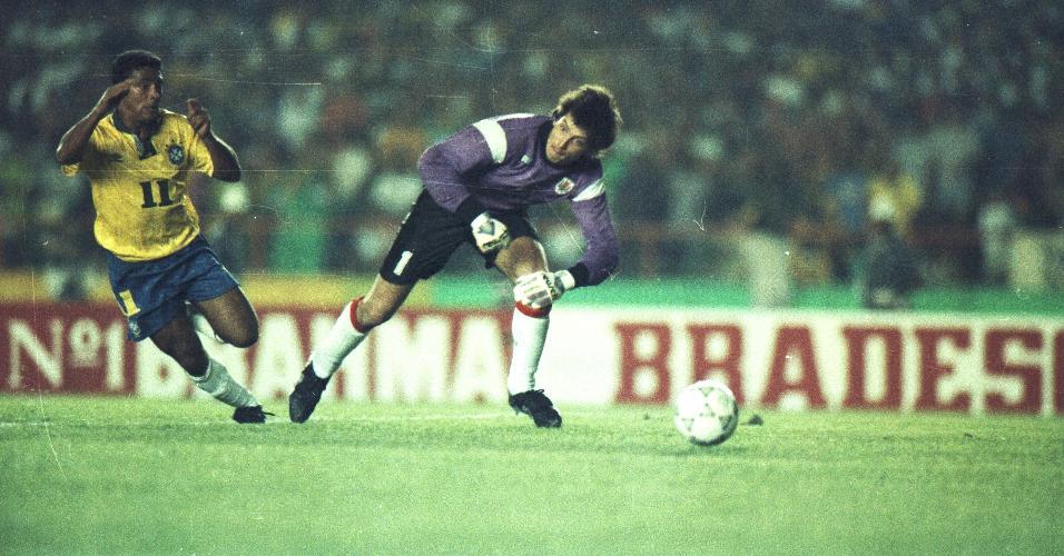 Romário dribla goleiro do Uruguai em jogo no Maracanã pelas Eliminatórias para a Copa de 1994