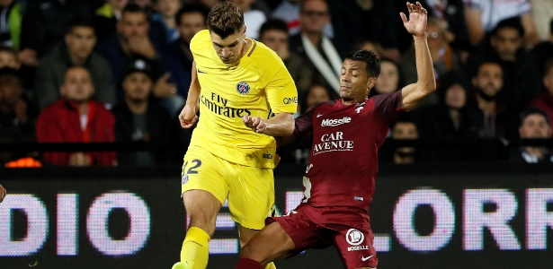 Thomas Meunier, do PSG, tenta passar por Mathieu Dossevi, do Metz