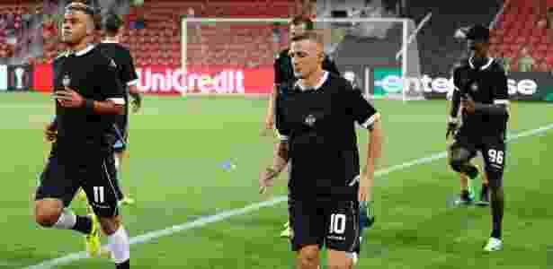 Camisa 11 do Lugano, Carlinhos aquece antes de jogo contra o Hapoel Beer-Sheva - Jack Guez/AFP