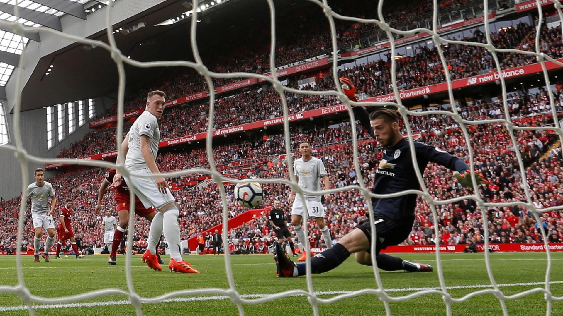 De Gea estica o pé para fazer ótima defesa para o Manchester United